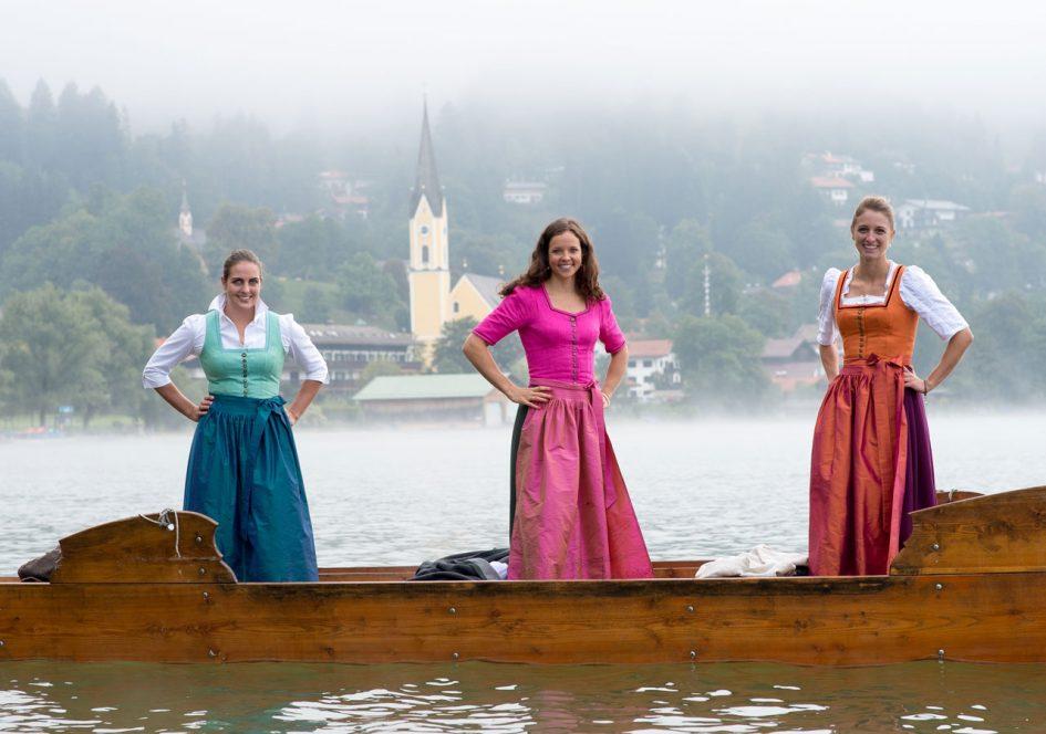 Eine mystische Bootsfahrt im Schlierseer Dirndl